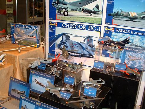 Modelismo Aeronaval - Armada Argentina Revell_btf_stand_built1